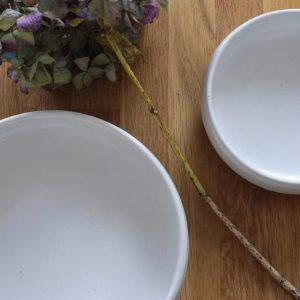 Service d'assiettes en grès blanc