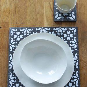 Service complet de vaisselle italienne design en porcelaine blanche sur porte plat en pierre de lave