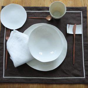 Service complet de vaisselle italienne design en porcelaine blanche avec repose couteau et plat à pain