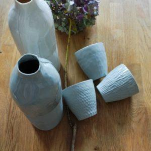 Tasses et bouteilles en porcelaine blanche et grises