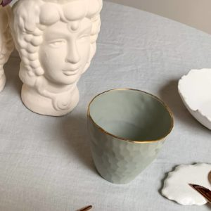 Tasses en porcelaine blanche liseré or