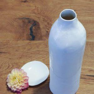 Bouteille en porcelaine blanche