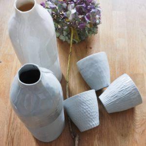 Bouteilles et tasses en porcelaine blanche et grise