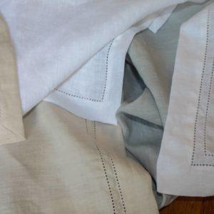 Serviettes brodées en lin lavé (stone washed)